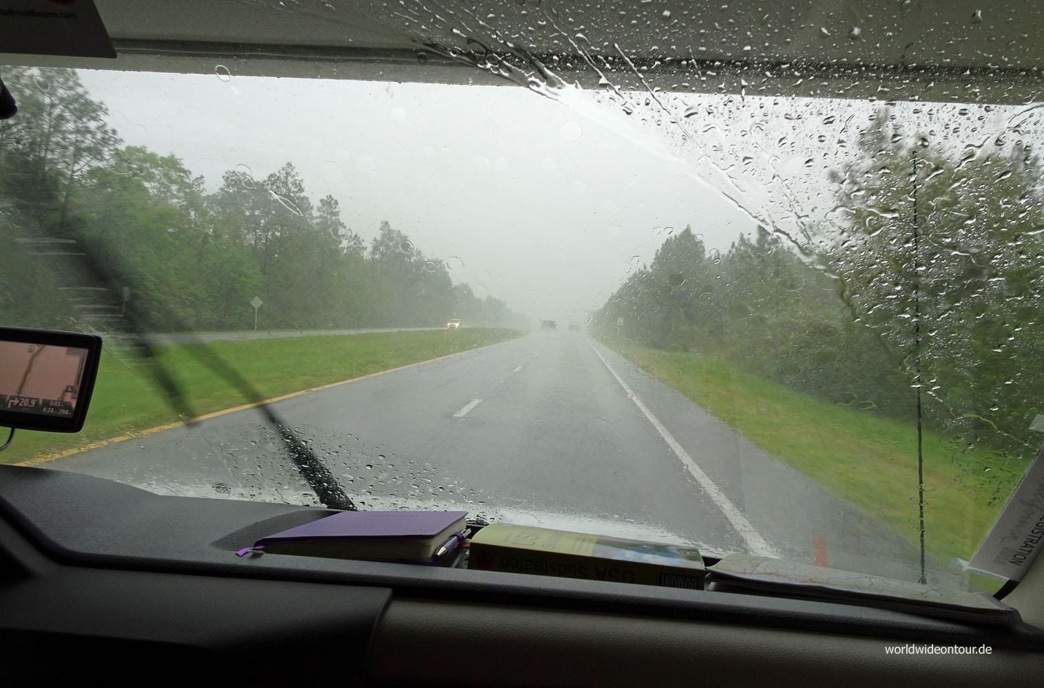 Regen auf der Straße sab