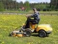Trakorist: Agris Ouger mäht den Rasen auf dem Campingplatz Leipurija in der Nähe von Riga