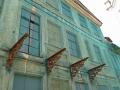 Häuserfront mit Balkonfundament wheof