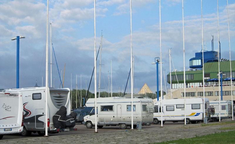 Bequmes Stehen im Yachthafen von Pitira