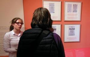 Annika Heyen erläutert die Sonderausstellung im Deutschen Auswandererhaus