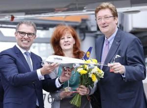 Taufzeremonie (von links): Carsten Spohr, Vorstandsvorsitzender Deutsche Lufthansa AG; Taufpatin Astrid Elbers und Oberbürgermeister Dirk Elbers