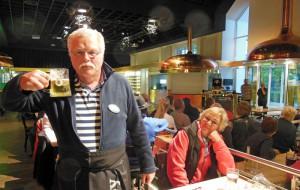 Magnar und Liza ließen sich ein Bier in der Warsteiner Welt schmecken