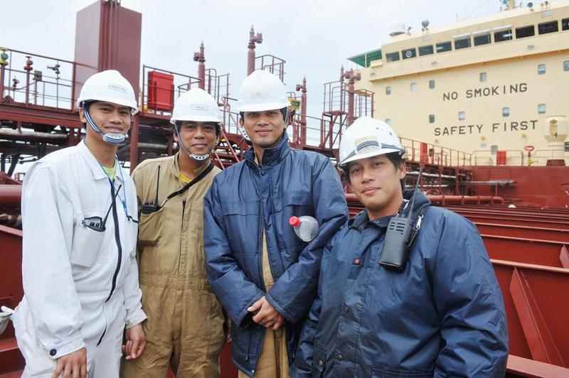 Besatzungsmitglieder eines Cargo-Schiffs unter der Flagge von Singapur. Foto: ILO