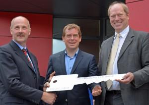 Schlüsseübergabe (von links): Jochen Hinz, Seemannsmission Kiel; Dr. Ulf Kämpfer, Oberbürgermeister und Aufsichtsratvorsitzender Dirk Scheelje