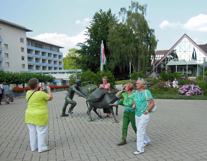 Die Esel-Skulptur mit dem Salzsack dient mitten im Ort gerne als Fotomotiv. Fotos: Henze