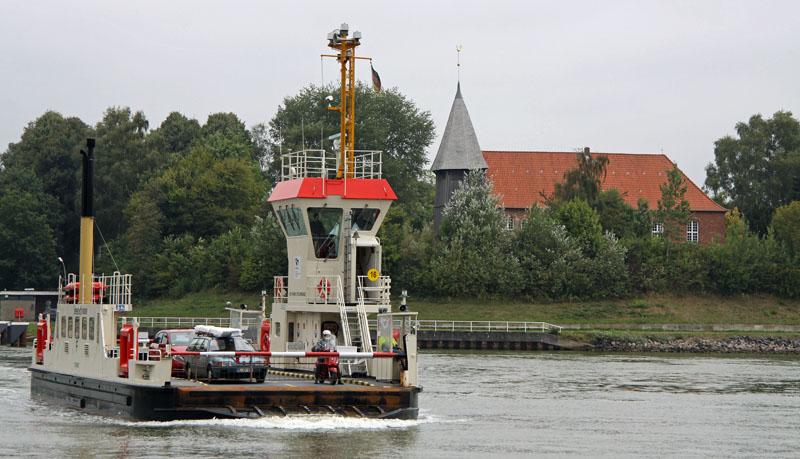 """Die NOK-Fähre in Sehestedt ist nicht nur ein wichtiges Verkehrsmittel sonder auch eine besondere Form von """"Dorfzentrum"""""""
