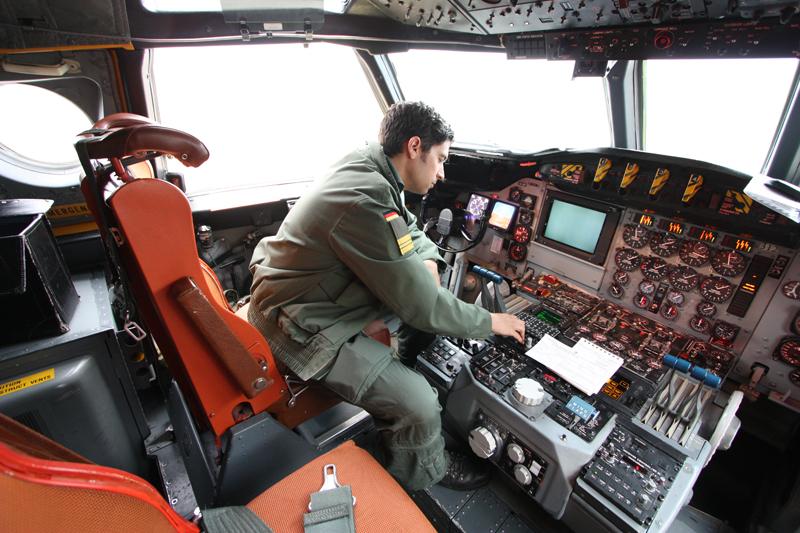 Flugzeugführer Karim K. bei den Startvorbereitungen