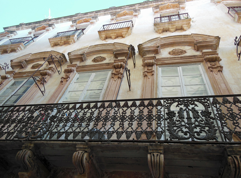 Schöne Fassaden zieren die Altstadt von Gallipoli