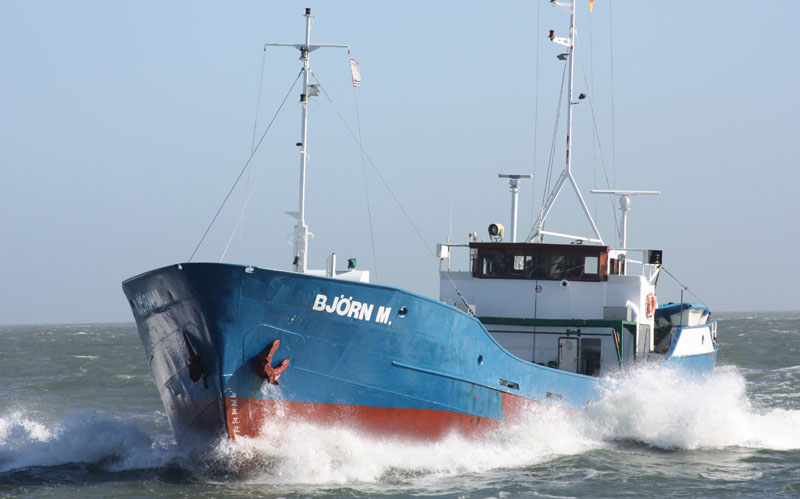 """Küstenmotorschiff """"Björn M."""": Für Schiffe die ausschließlich in den Emissionskontrollgebieten von Nord- und Ostsee verkehren wird der Kraftstoff noch teuerer. Foto: Henze"""