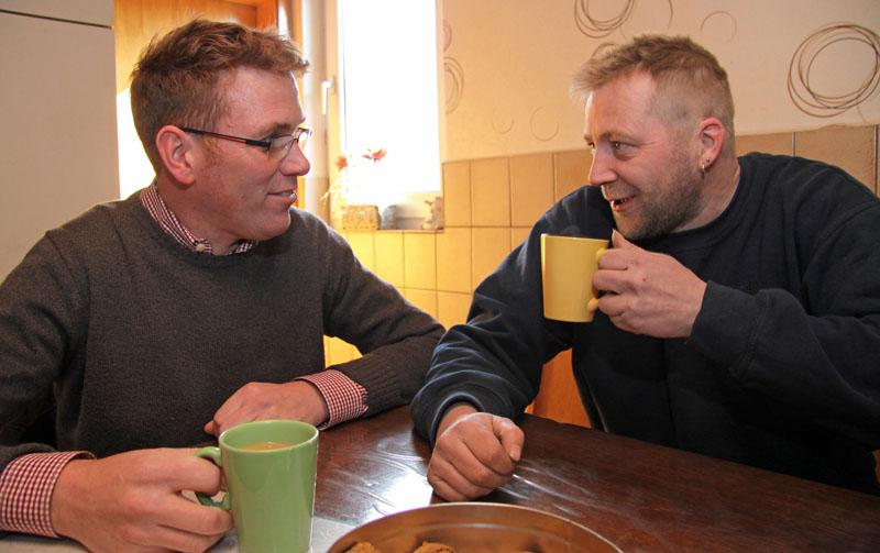Marco Weber (links) und Landwirt Jan Averhoff verhandeln gerne mit einer Mug Kaffee in der Hand. Fotos Henze/Sopha