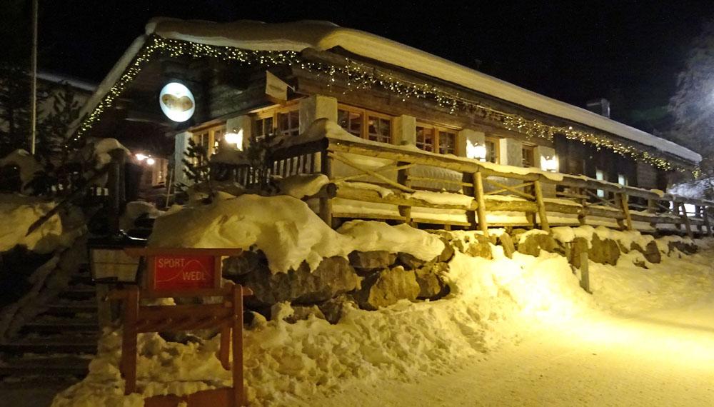Der Dorfstadl des Nachts. Fotos: Henze