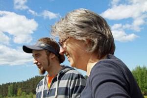 """Agris Perro zeigt Sabine Sopha den Campingplatz """"Leiputrija"""""""