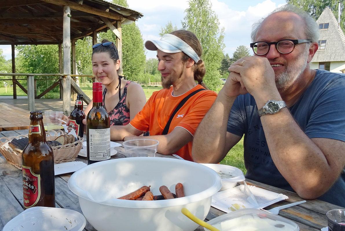 Suppen-Gäste (von links): Amy aus Leeds, Agris aus Ilkene und Joop aus Hoek van Holland. Fotos: Henze