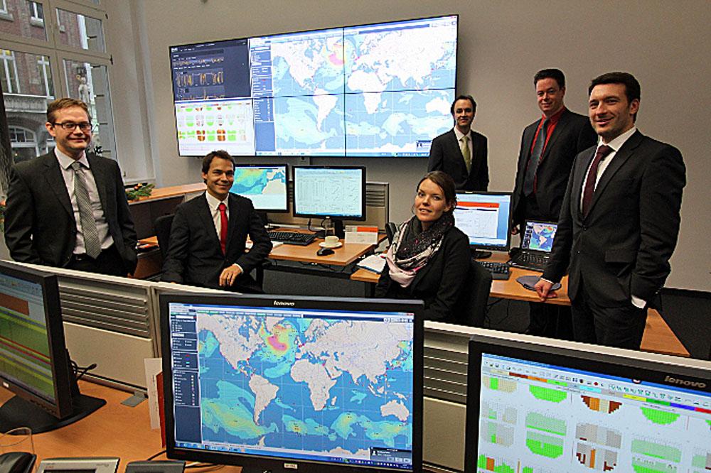 Sie haben die Flotte im Blick: Jörn Springer (rechts) und  Kollegen im Fleet Support Center (FSC). Fotos: Hapag-Lloyd