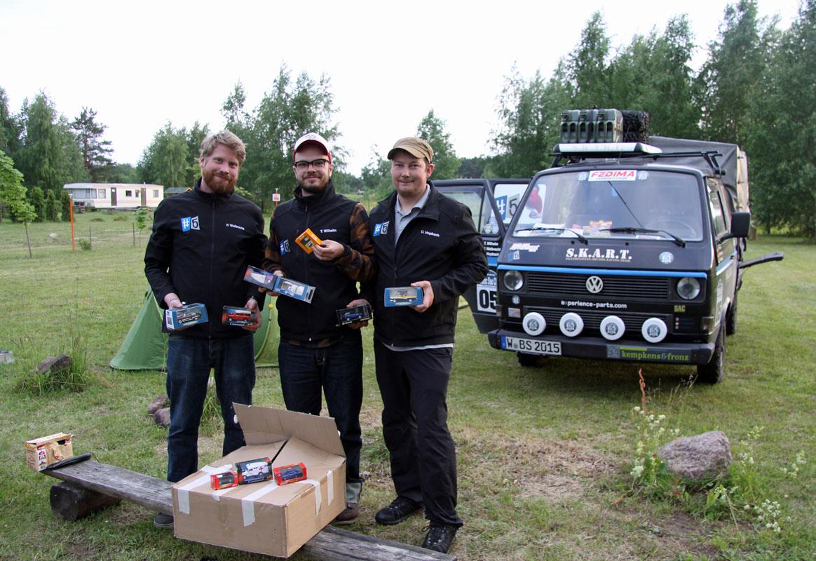 Ralleyfahrer mit Modellautos (von links): Thomas Wilhelm, Pierre Walbrecht und Daniel Hopbach (alle Wuppertal). Fotos: Henze