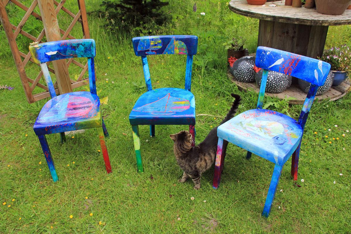 Künstlerisch verschönte Stühle