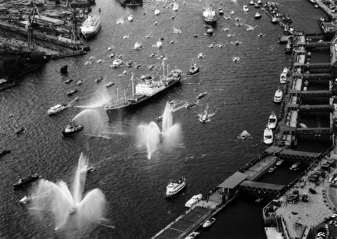 Bei der Rückkehr der Münsterland bevölkerte eine Armada an Sportbooten, Barkassen und Ausflugsdampfern die Elbe in Hamburg.
