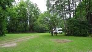 Ein einziges Wohnmobil auf dem Campingplatz beim Karujärv.