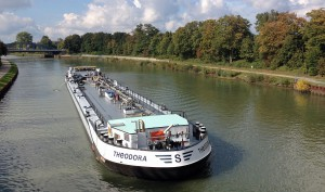 """Produkten-Tanker """"Theodora"""" auf dem Wesel-Datteln-Kanal"""