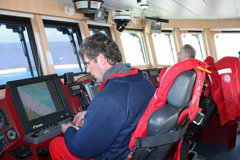 """Die """"Marwede"""" in See: Vormann (rechts) und Steuermann sorgen für sichere Seefahrt."""