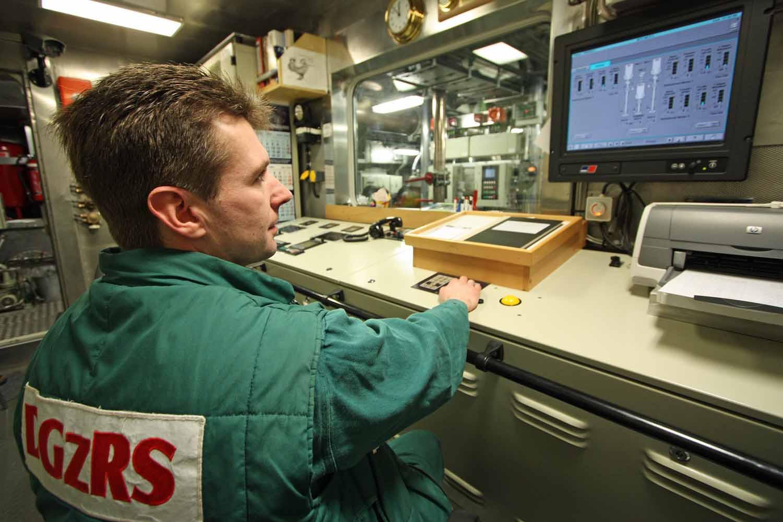 Im Maschinenkontrollraum werden die technischen Anlagen überwacht.