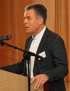 Stiftungsvorstand Holger Wüstenberg unterstützt das Work and Travel-Vorhaben von Sosan und Gulhat.