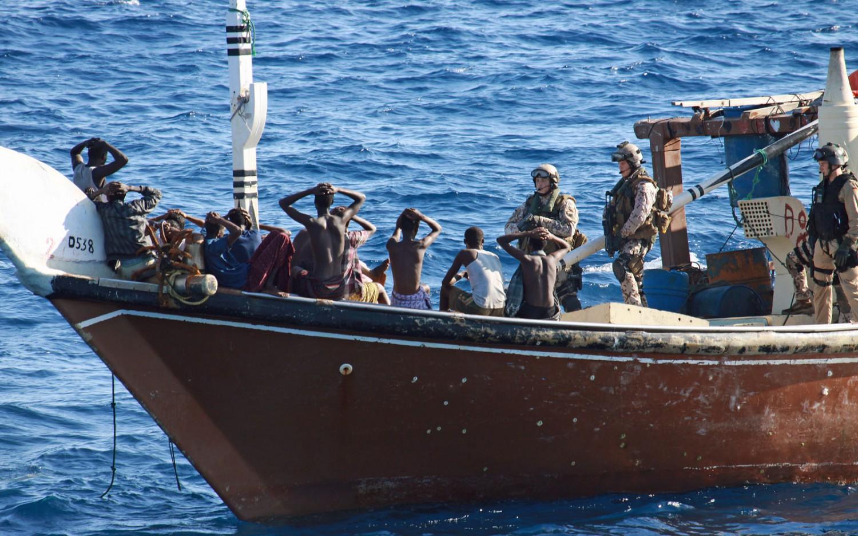 """Aufbringen eines Piraten-Mutterschiffs durch ein Boardingteam der Fregatte """"Köln""""."""