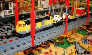 Modelleisenbahn auf einer 240 Meter langen Brücke.