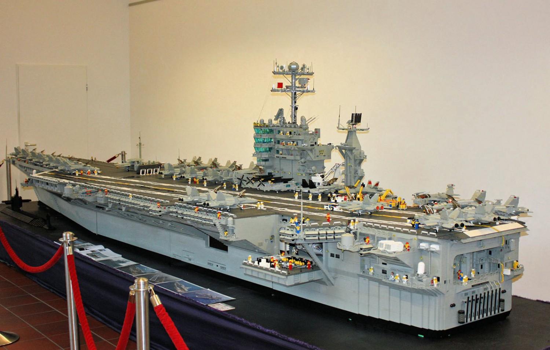 """Mittelpunkt der Ausstellung: Flugzeugträger USS """"Harry S. Truman""""."""