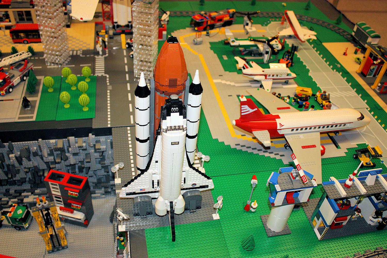 Space Shuttle und Stadtflughafen