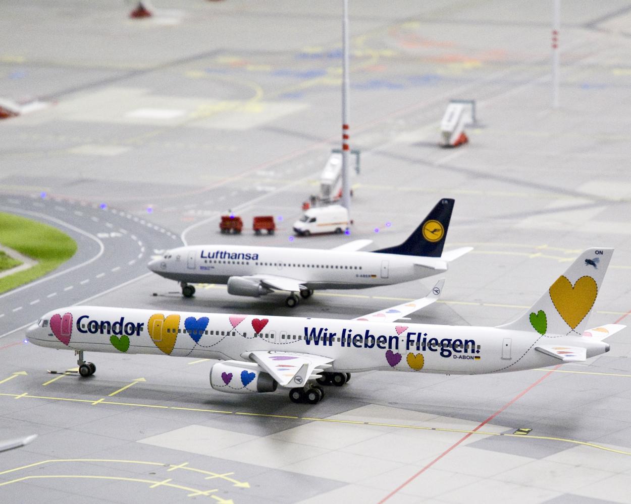 Condor- und Lufthansa-Jets auf Knuffingen Airport, dem jüngsten Bauabschnitt des Wunderlands.