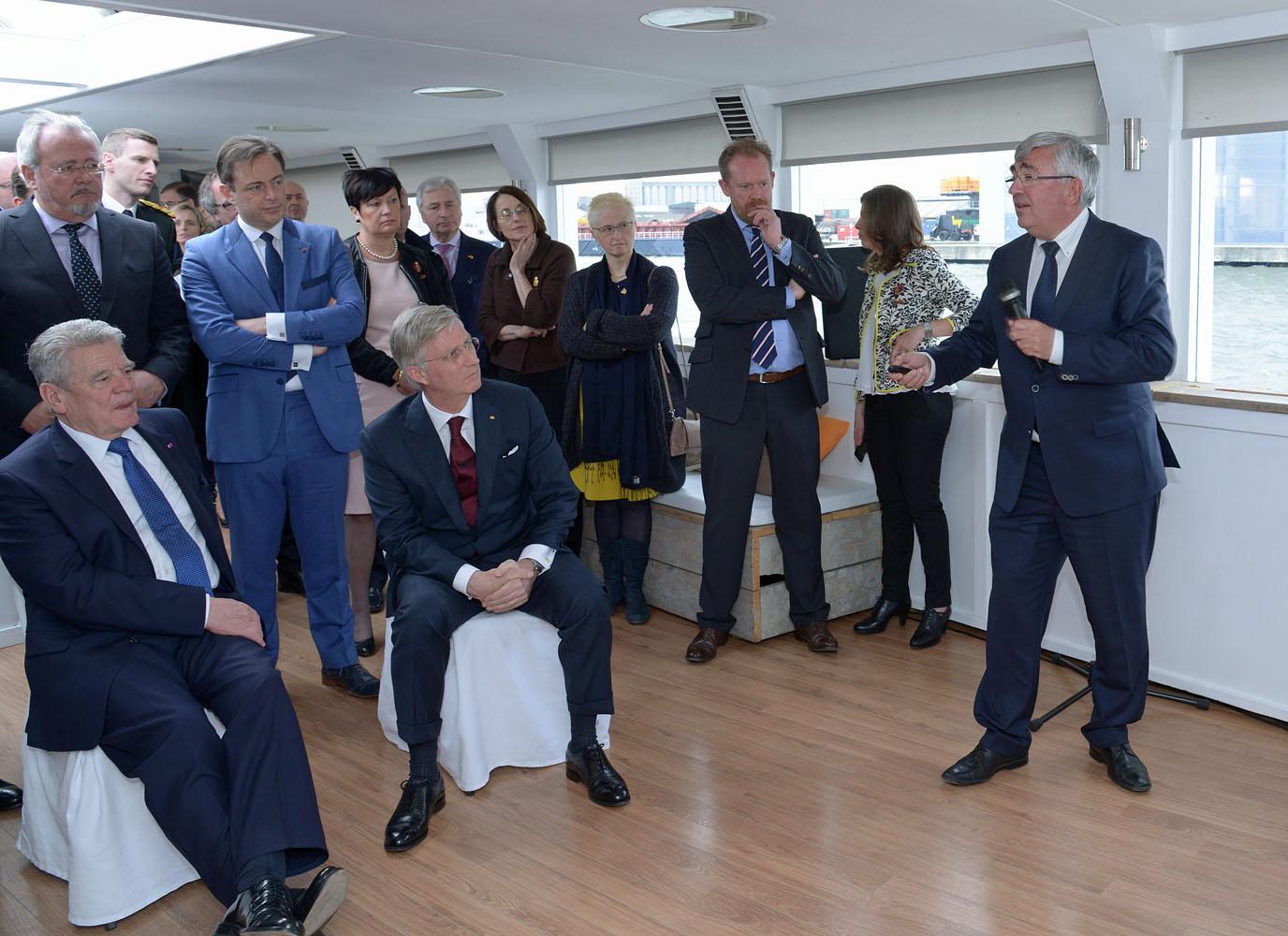 Eddy Bruyninckx, CEO der Antwerp Port Authority informiert Bundespräsident Joachim Gauck (links) und König Philippe über die Entwicklungen am Hafenstandort.