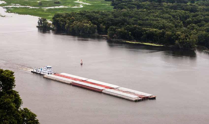 Schubeinheit mit Barge und Ladung. Der Mississippi ist auch eine große Schifffahrtsstraße.