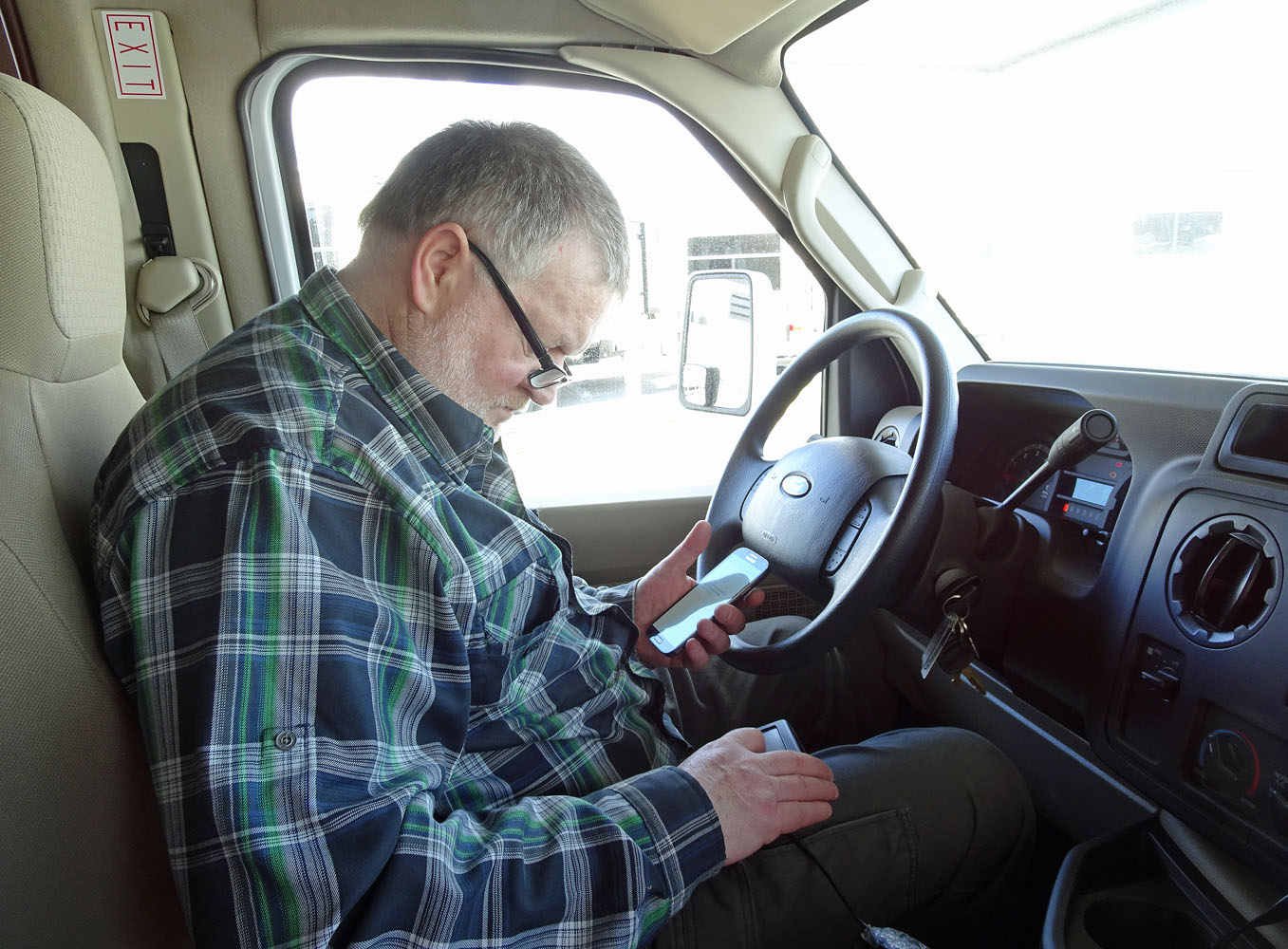Der Fahrer: Gramgebeugt über dem Navigationsgerät.