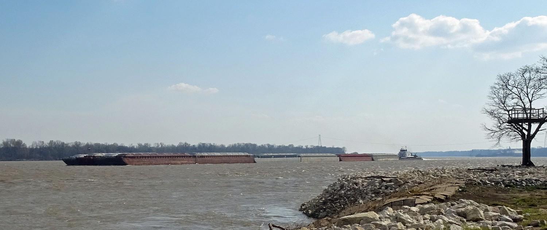 Ein Mississippi-Monster stromaufwärts in Schrittgeschwindigkeit.