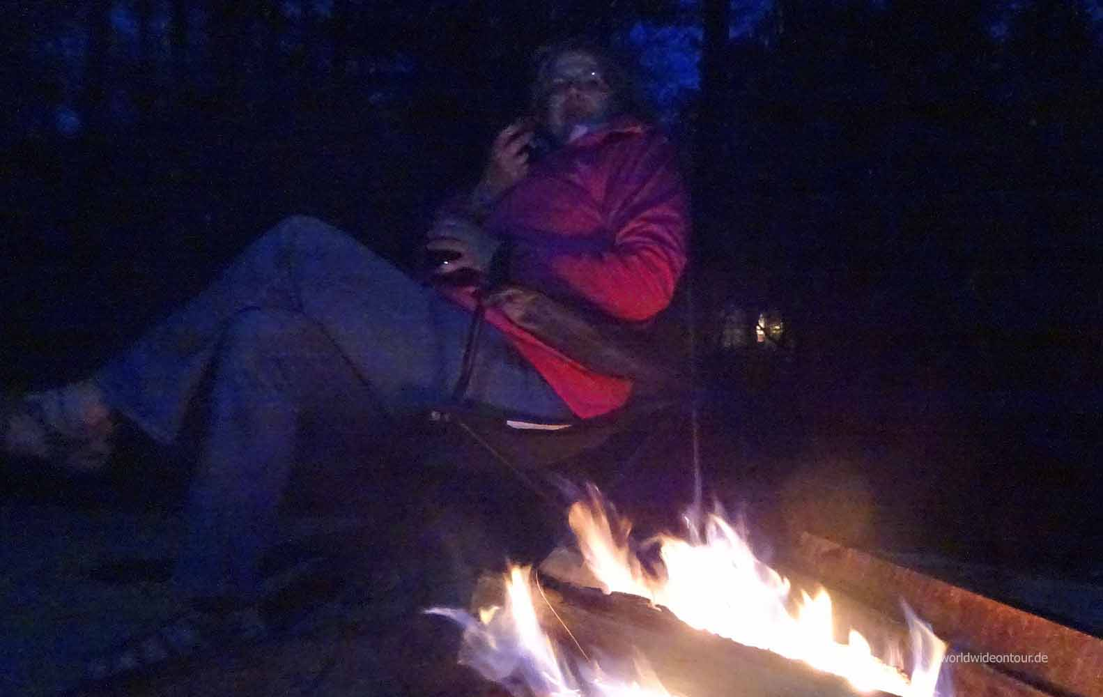 Sab am Feuer nachts whe