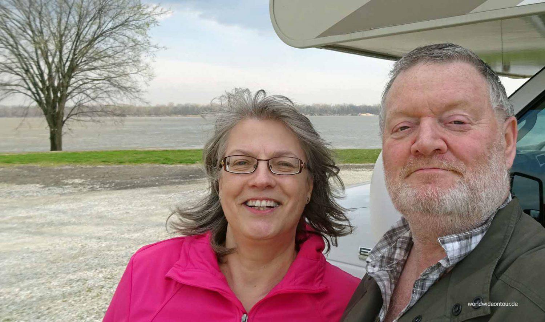 Sabine Sopha und Wolf Henze auf Achse am Mississippi.
