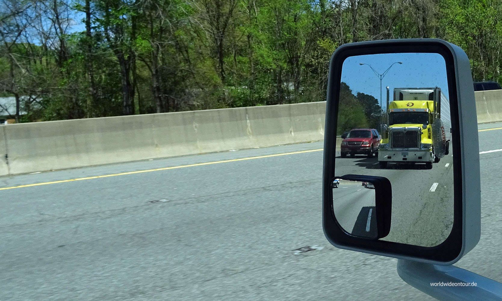 Truck im Rückspiegel whe