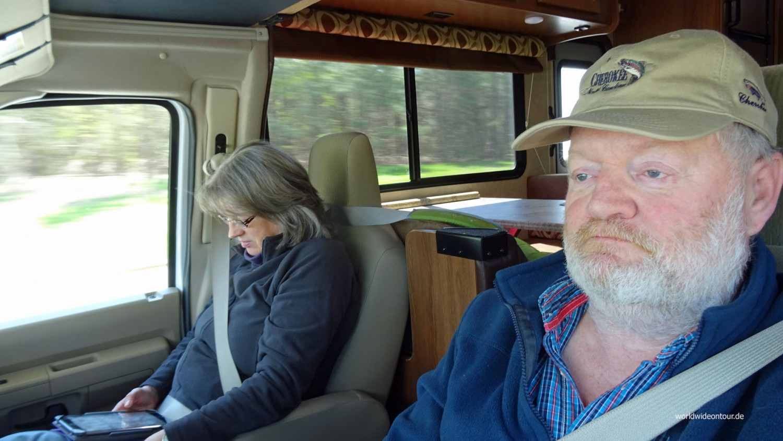 Entpsannt unterwegs: Cruising-Wolf fährt, Reading-Sabine schmökert.