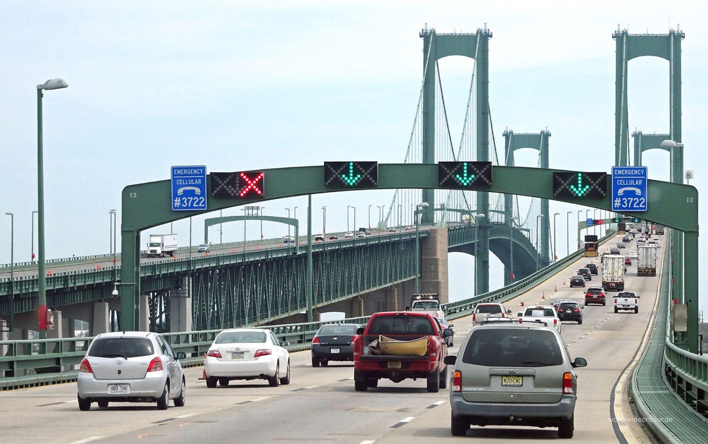 Die Delaware Memorial Bridges führen nördlich der Chesapeake Bay über den Delaware River.