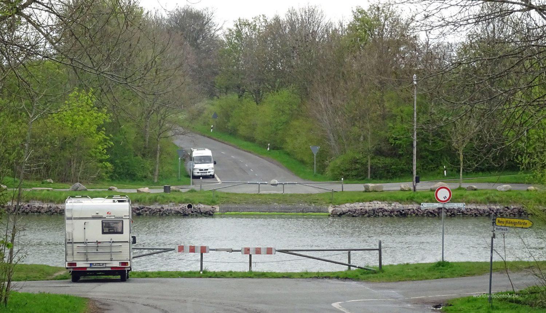In Königsförde wurden bereits Findlige am Kanalufer ausgelegt.
