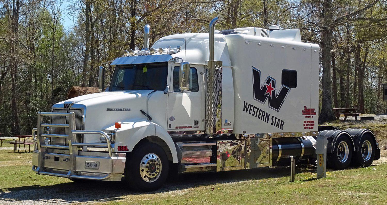 Auch Trucker machen mal Urlaub auf einem Campingplatz.