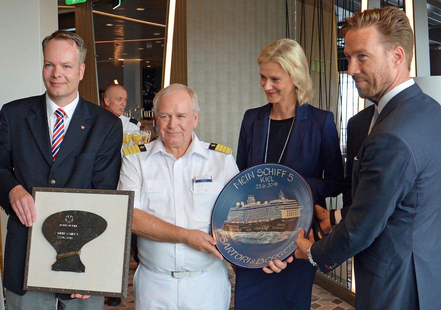Übergabe der Erst-Anlaufplakette (von links): Robert Vollborn, stv. Stadpräsident, Kapitän Kjell Holm, Wybcke Meier, TUI Cruises und Dirk Claus, Hafenchef.