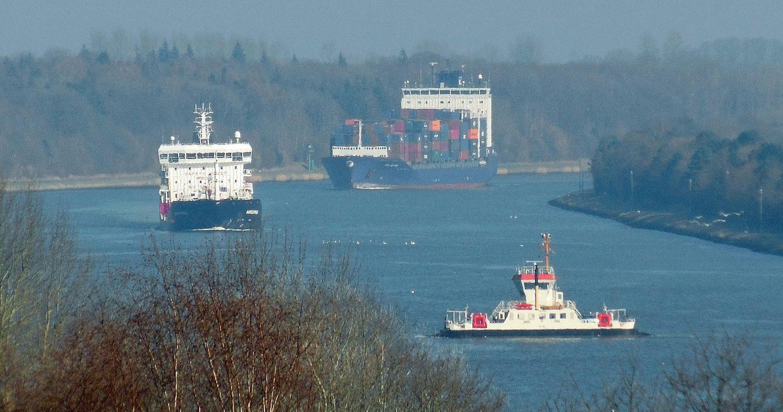 Der Nord-Ostsee-Kanal, hier bei Sehestedt, ist vor allem für den Container-Feeder-Dienst unverzichtbar.