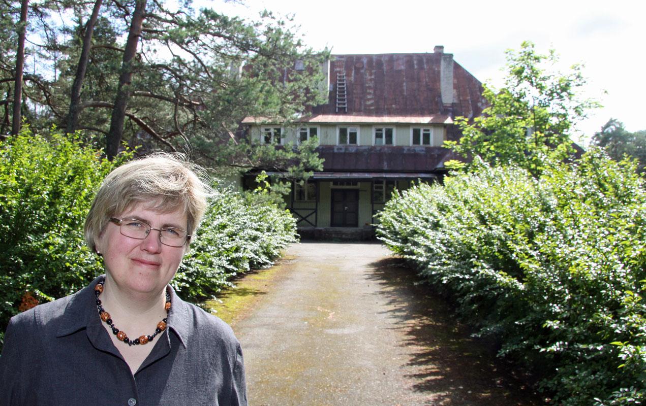 Pastorin Annika Laats vor der alten Schule in Harju-Risti.