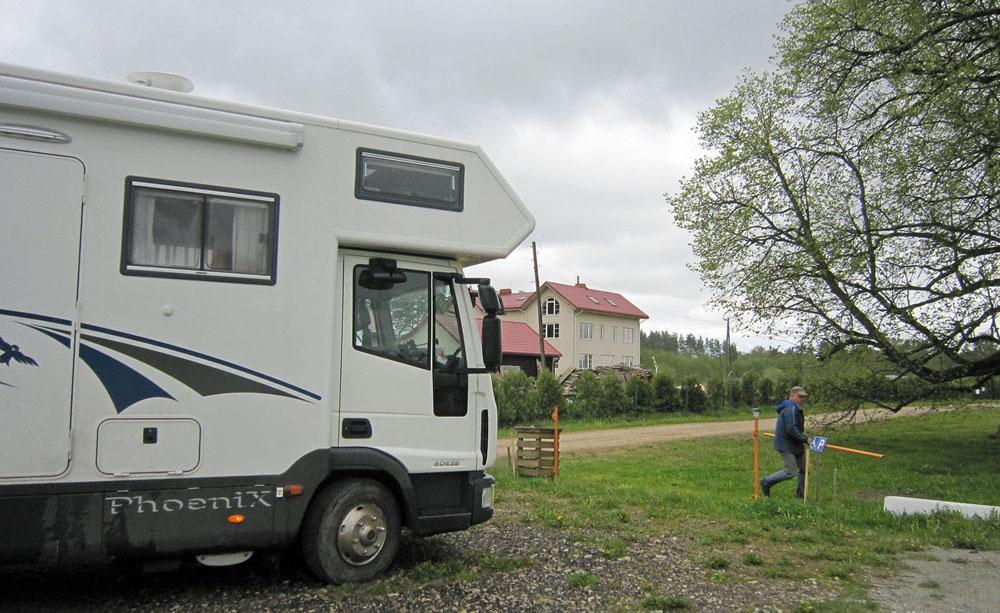 Durch den Lieferanteneingang: Das Einfahrtsportal vom Campingplatz Leiputrija ist nicht hoch genug für den Phoenix.