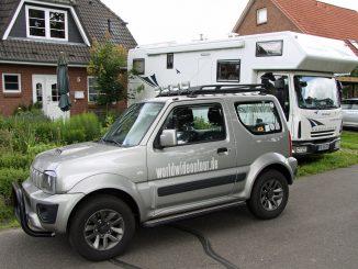 Der Jimny jetzt mit Dachgepäckträger und Zusatzscheinwerfer. Fotos: Henze