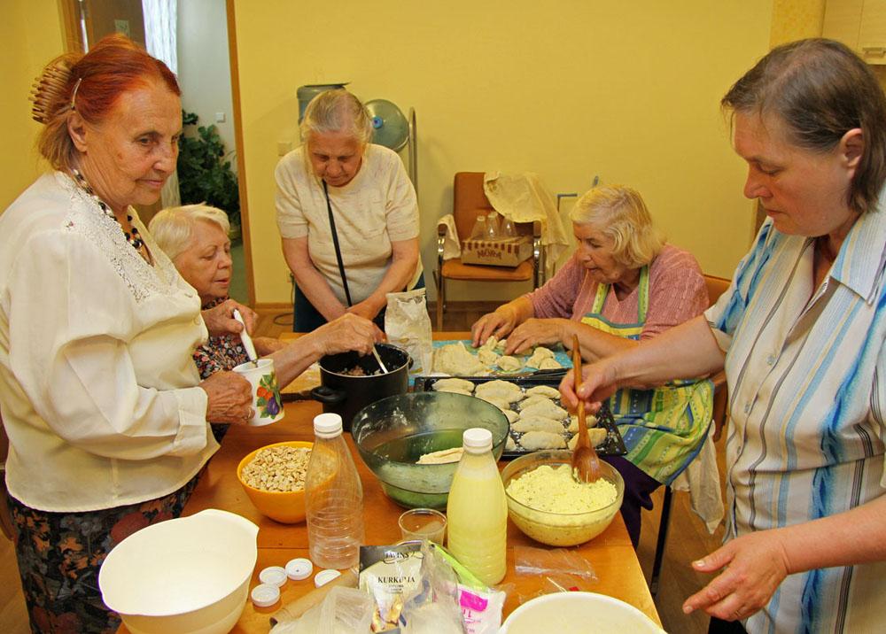 Gemeinsames wirtschaften ist eine Überlebensfrage für Sozialrentner in Lettland.