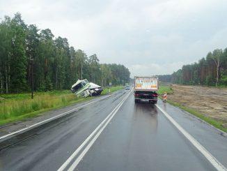 Ein Unfallfahrzeug an der S 8. Fotos: Henze